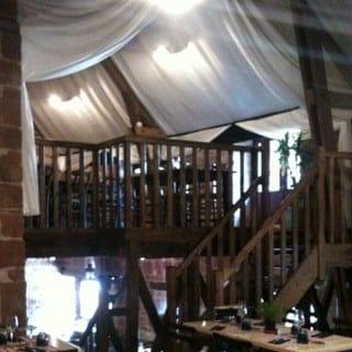 Restaurant : Les Pierres Rouges  - Intérieur de la salle avec vu sur la salle du haut. -