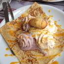 Dessert : Le Lann-Bihoué  - Dessert du jour: la crêpe estivale. Glace vanille, duo de chantilly faite maison: cerise et melon, coulis de mangue et émietté de madeleine. Magnifique et délicieux! Très léger! -