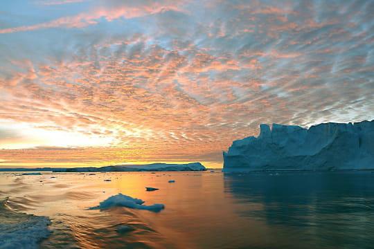 Chaude lumière sur le fjord glacé d'Ilulissat