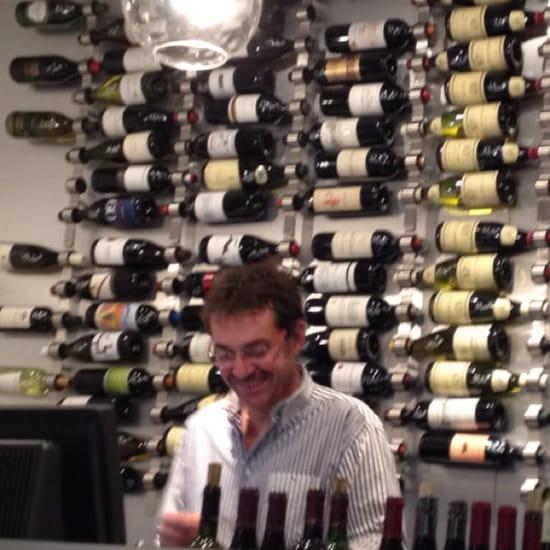 Restaurant : La Cave se Rebiffe  - Benoît l'adorable patron qui après une soirée dans son bar à vin devient votre meilleur ami... ! -