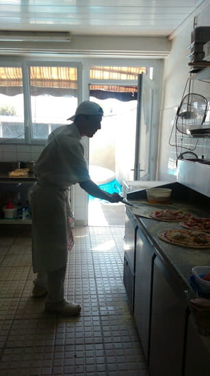 Plat : Roma Pizza  - L art de prendre la pizza avec la pelle -