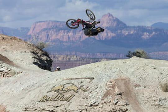 VTT : un backflip impressionnant au-dessus d'un canyon