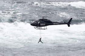 Une acrobate se suspend par les dents au-dessus des chutes du Niagara