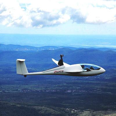 ce planeur peut décoller et atterrirgrâce à des batteries au lithium.