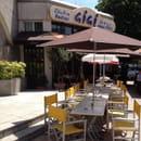 Restaurant : Gigi  - Une partie de la terrasse à grandes tablées. -