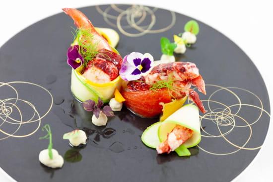 Entrée : Le Figuier de Saint Esprit  - Homard bleu rôti tomates confites et mousseline d'artichaut courgettes jaunes et vertes, fenouil confit huile infusée au combava -   © SGMKG