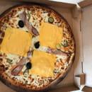 , Plat : To Pizza'64  - Notre burger petit creux  La Burger : Sauce tomate maison ou crème fraiche ,200gr de viande hachée de bœuf (UE), oignons frais, sauce burger, cornichons, tomate fraîche, poitrine fumée A la sortie du four : Chedar -   © To Pizza'64 2017