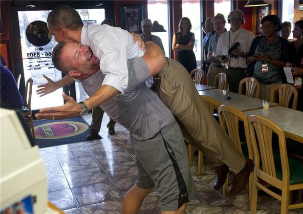 Obama soulevé par un pizzaïolo