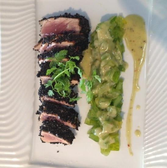 Plat : Côté Océan  - Pavé de thon rouge de ligne yakitori au sésame noir et concassée fraîche de Green zebra -