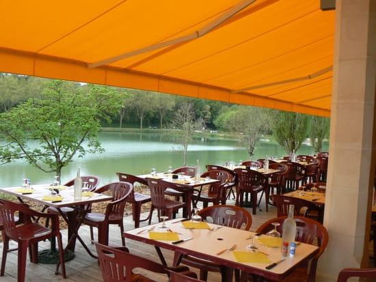 Bar-restaurant-Traiteur Les Pieds dans l'Plat  - vue de la terrasse face au lac du VIGAN -   © bourges joelle