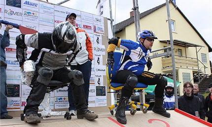 Les Participants A La Course De Chaises Bureaux Sont Equipes Nombreuses