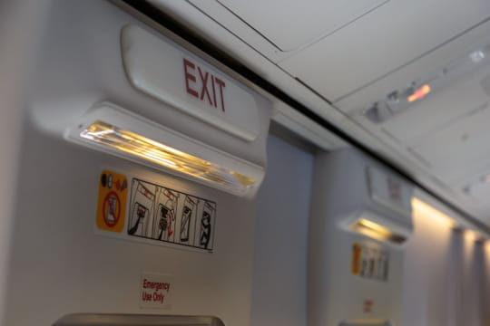 Un passager ouvre la sortie de secours de l'avion pour prendre l'air