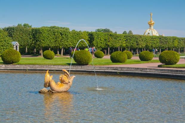 Le parc du palais de Peterhof en Russie