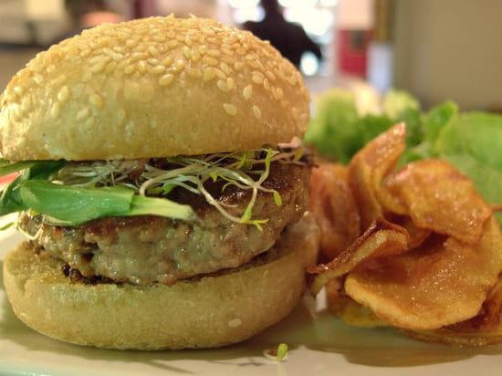 Kat & Co  - Un burger de veau citronné à la tapenade, Gourmand et copieux ! -   © T.MOREL