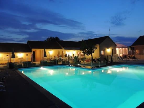 L'Arada Parc  - piscine extérieure nocturne -   © amandine avril