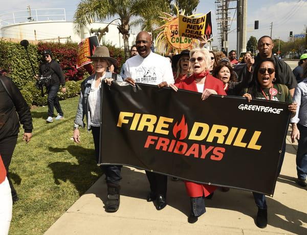 Jane Fonda se joint aux participants des Fire Drill Fridays
