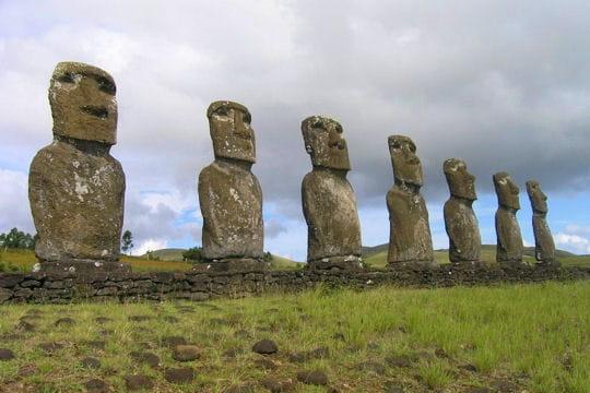 Les énigmatiques statues moais