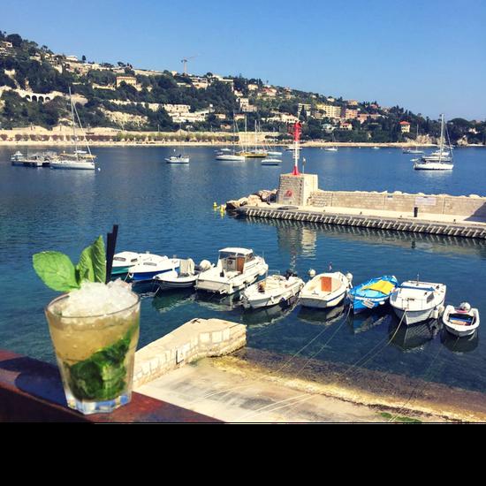 , Restaurant : Achill's  - Notre rooftop à Villefranche-sur-Mer vous fera prendre de la hauteur, pour vous offrir un panorama surréaliste sur la baie de St-Jean-Cap-Ferrat... -   © Lou Bantry