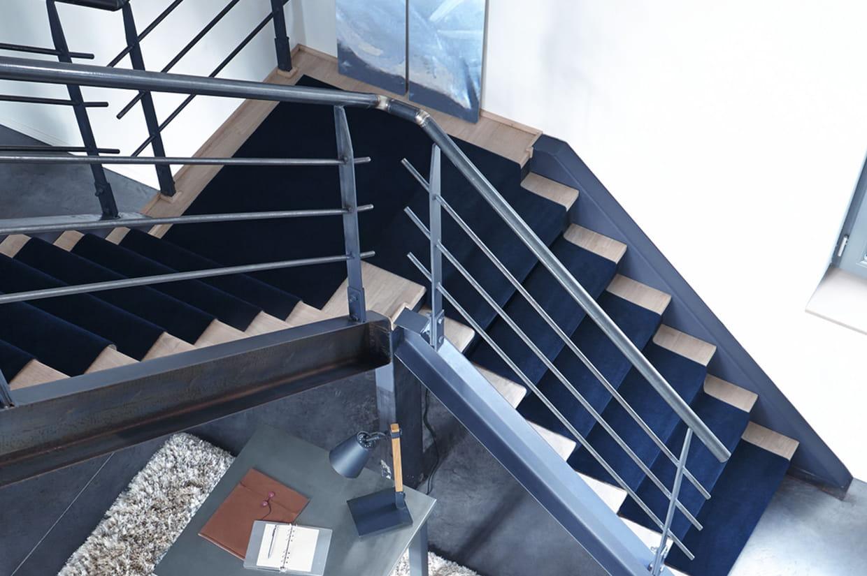 un tapis d 39 escalier uni. Black Bedroom Furniture Sets. Home Design Ideas