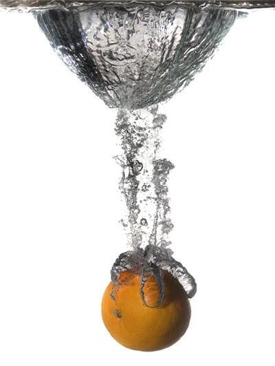au contact de l'eau, la pellicule d'air se rompt sous forme de bulles gazeuses.