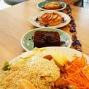 Plat : Soeurs  - Buddha bowl, gâteau au chocolat sans gluten, tartelette aux pommes, cookies Choco - coco vegan et sans gluten -   © Clarisse Rambinaising