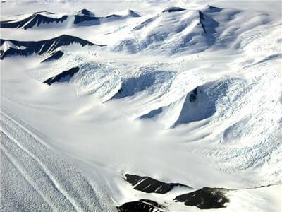 vue aérienne de la chaîne de montagnes transantarctiques.