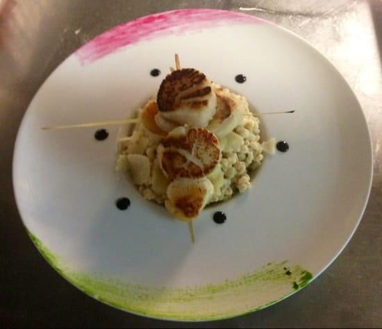 Plat : La Licorne  - Brochettes de Noix de St Jacques à la citronnelle, risotto de blé cremeux -