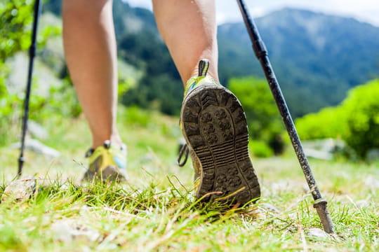 Marche: comment bien choisir ses chaussures et ses bâtons