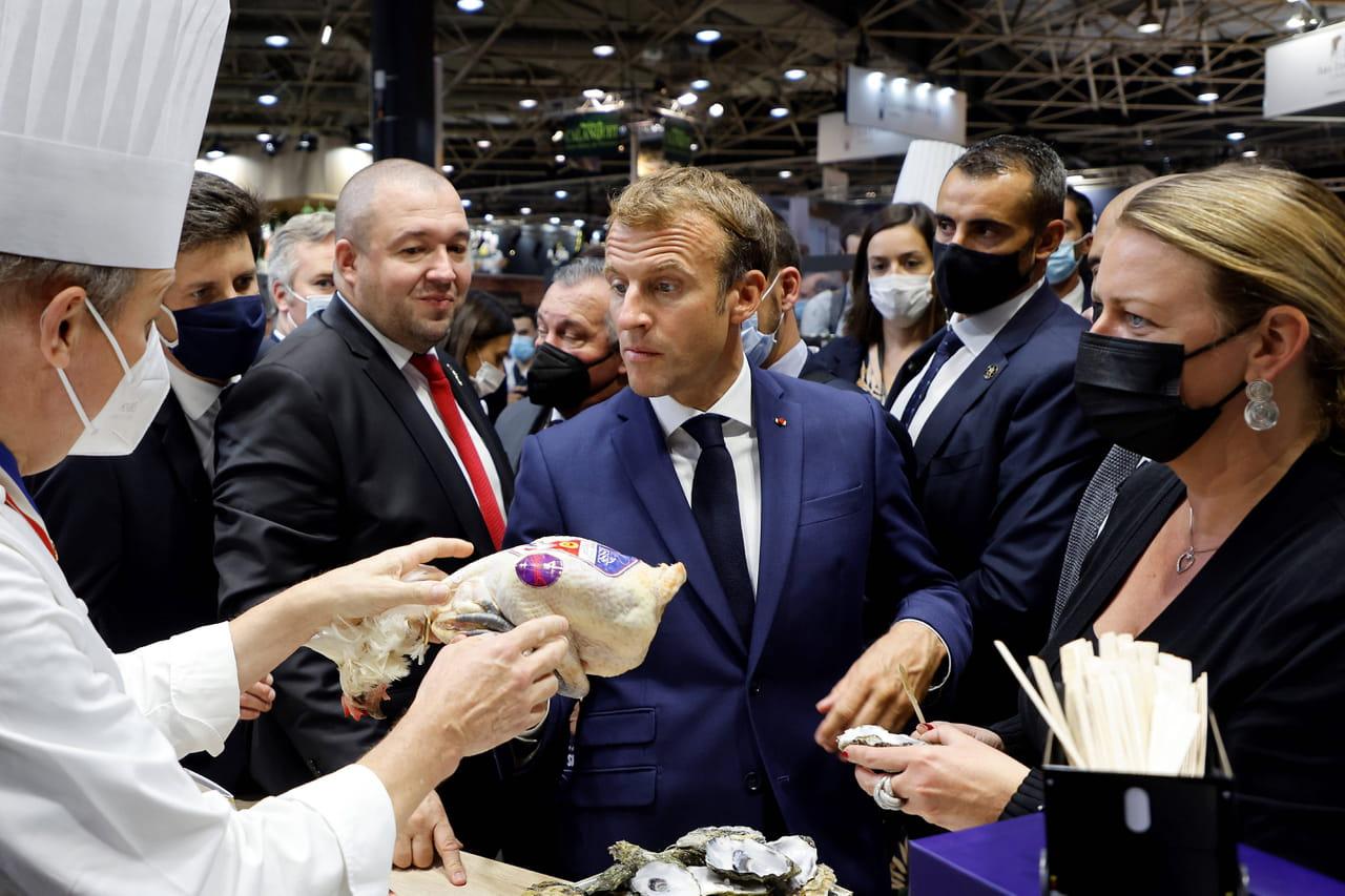 Macron à Lyon: un individu lui lance un oeuf, le président veut une confrontation