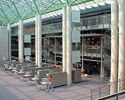 la bibliothèque universitaire de varsovie, en pologne.