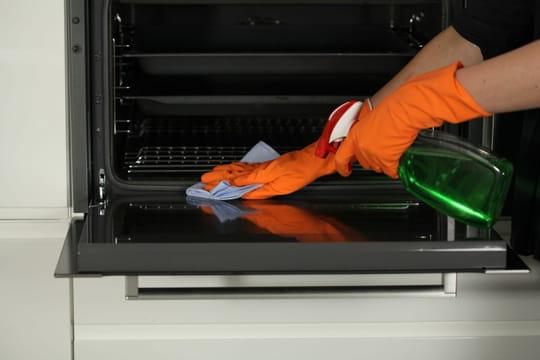 Comment bien nettoyer un four sale et encrassé