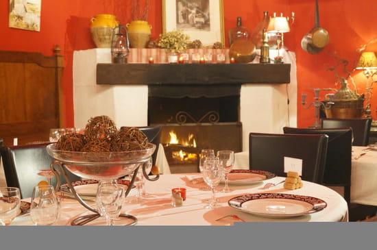 Restaurant : Château L'Hermitage de Combas  - table au coin du feu -   © charming chateau