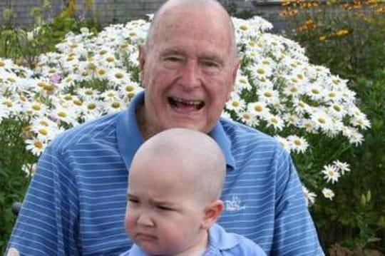 Bush se rase la tête pour soutenir un enfant touché par le cancer