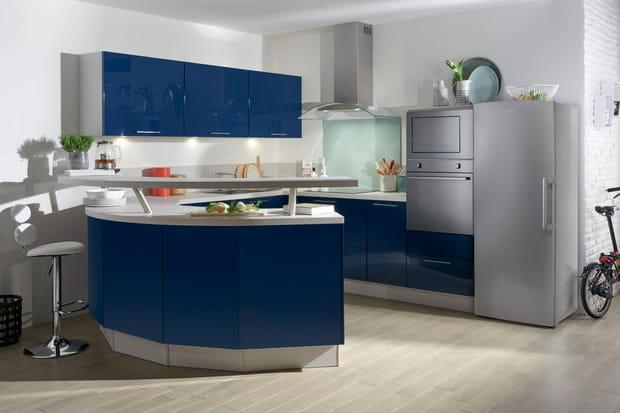 une cuisine ouverte avec bar arrondi. Black Bedroom Furniture Sets. Home Design Ideas