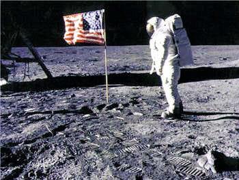 célèbre cliché montrant le drapeau américain planté dans le sol lunaire.