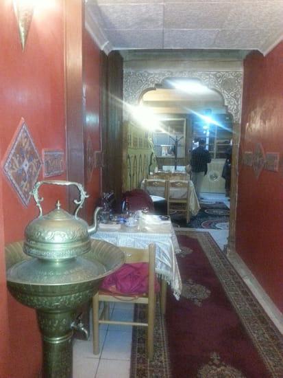 Restaurant : Aladin  - le propriétaire souhaite une bonne soirée à des clients qui partent -   © photo m'appartient