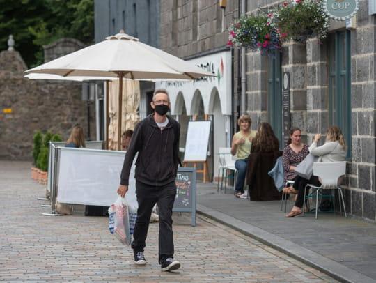 Virus: le masque obligatoire gagne du terrain, plus de 700.000morts dans le monde