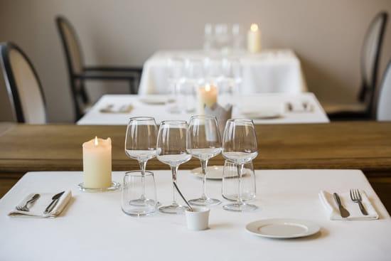 Autour de la Table  - la salle du restaurant gastronomique avec les tables carrées pour 2 personnes -   © autour de la table