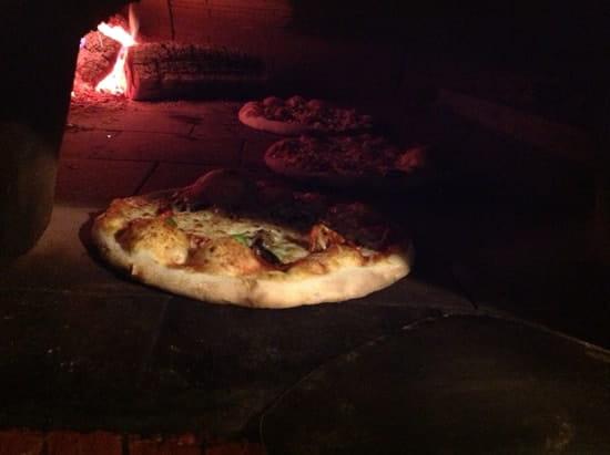 Pizzeria o Napoli  - Pizza cuite au four à bois -   © Fonti Francesca