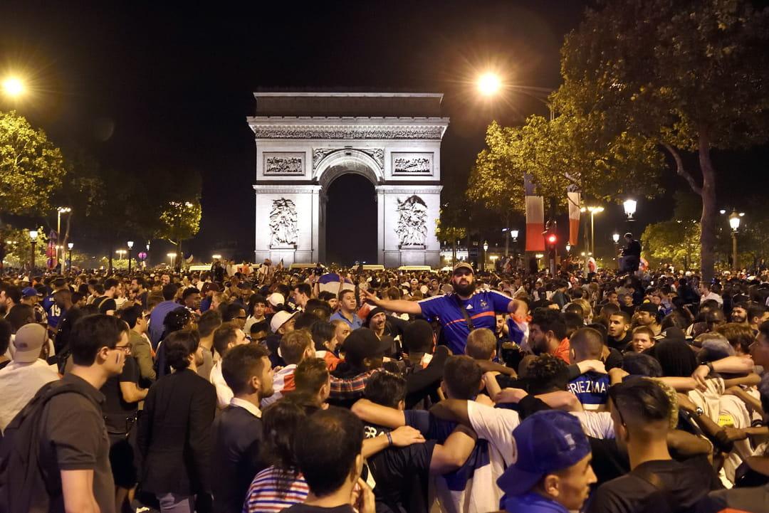 Sur les Champs-Elysées en fusion, Paris fête ses champions du monde