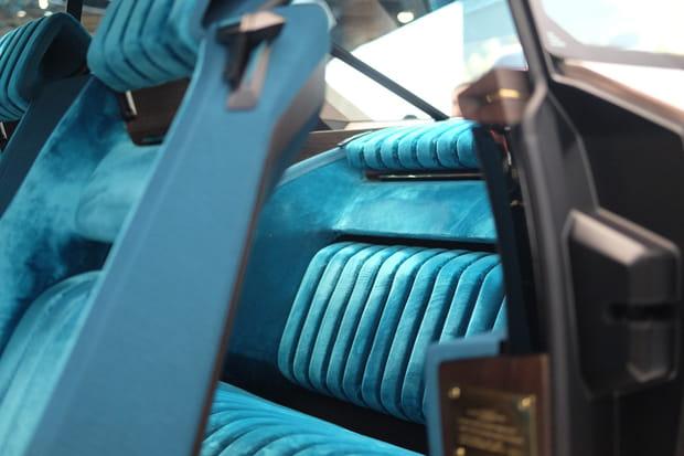 Une banquette arrière en velours bleu qui semble hyper-confortable