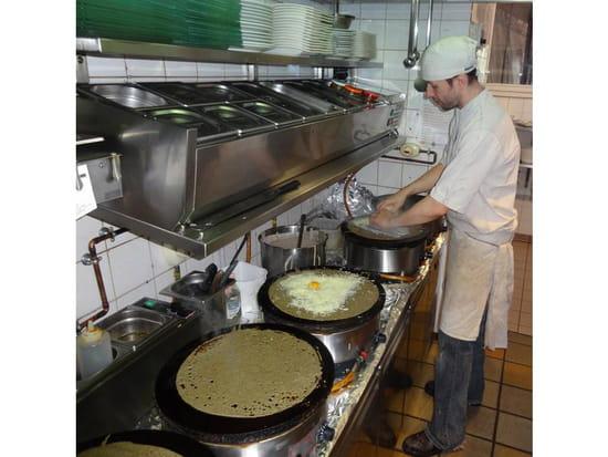 Restaurant : LE TY SKORN  - Le Ty Skorn crêperie restaurant à Cancale / le père Jon en cuisine -   © Le Ty Skorn crêperie restaurant à Cancale