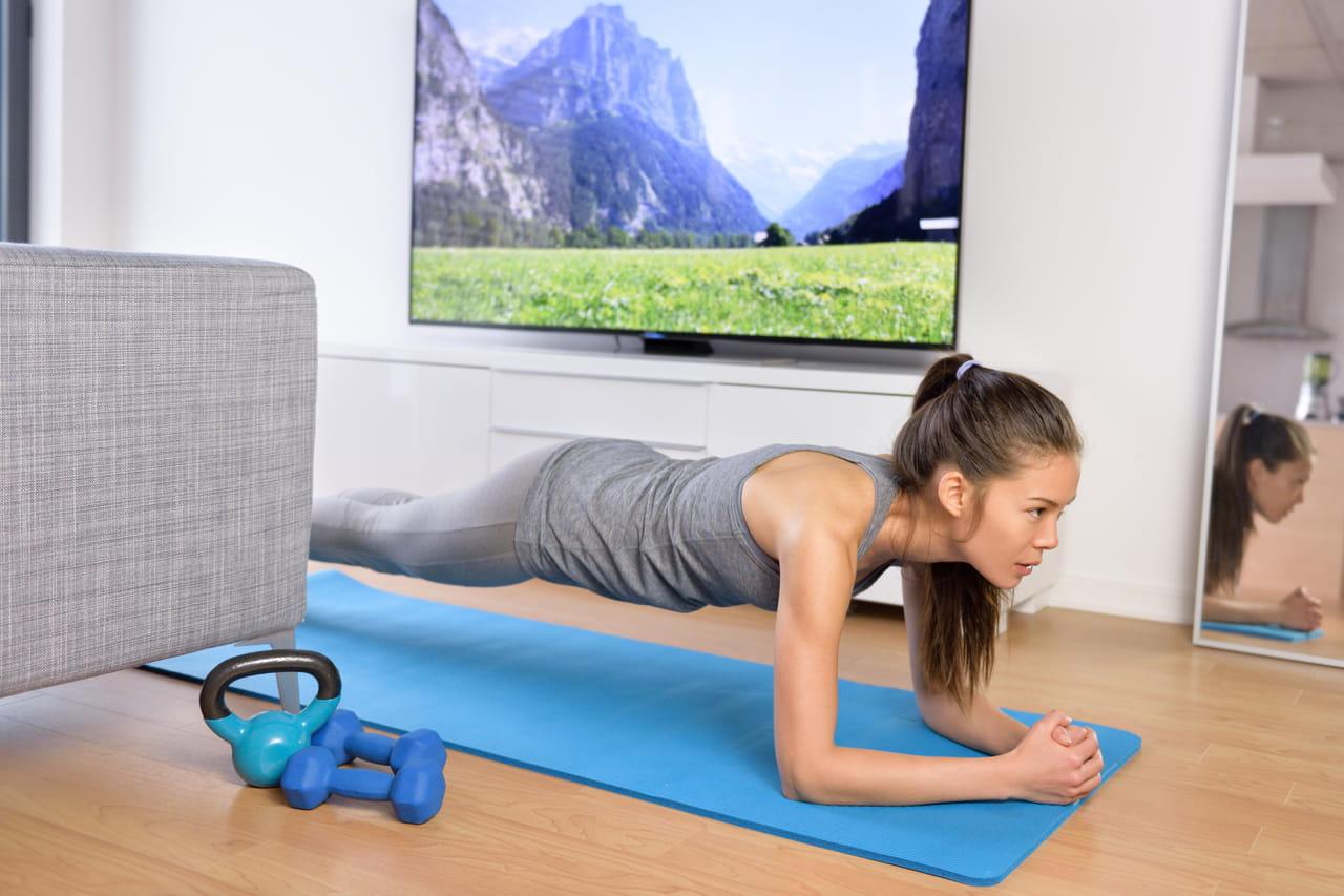 Faire du sport à la maison: tapis de sport, haltères... Les meilleures idées pour mieux vivre le confinement