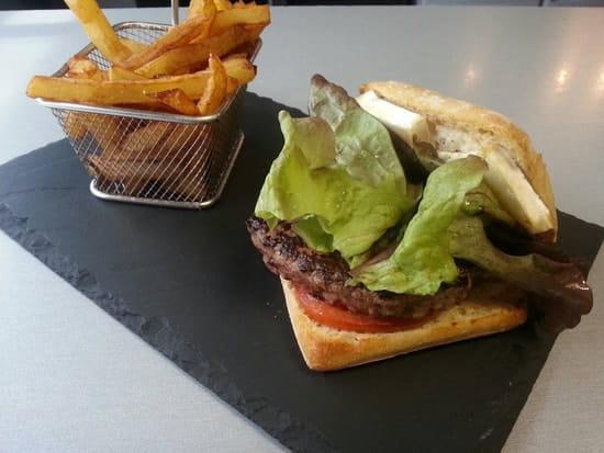 Plat : Restaurant le M  - Le cheesy Beef burger au chevre frais -