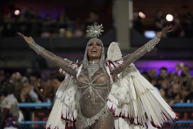 Une danseuse de l'école de samba Uniao da Ilha