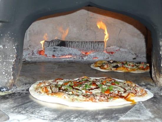 Aux Saveurs du Monde  - modèle de la pizza moyenne proposée à la carte -   © frank