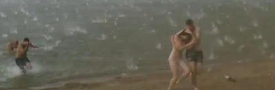 Sibérie : une impressionnante averse de grêle se déchaîne sur une plage