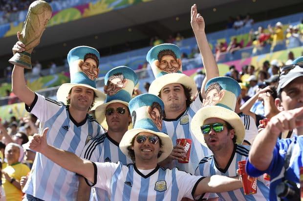 Des supporters argentins se déguisent pour entrer dans le stade