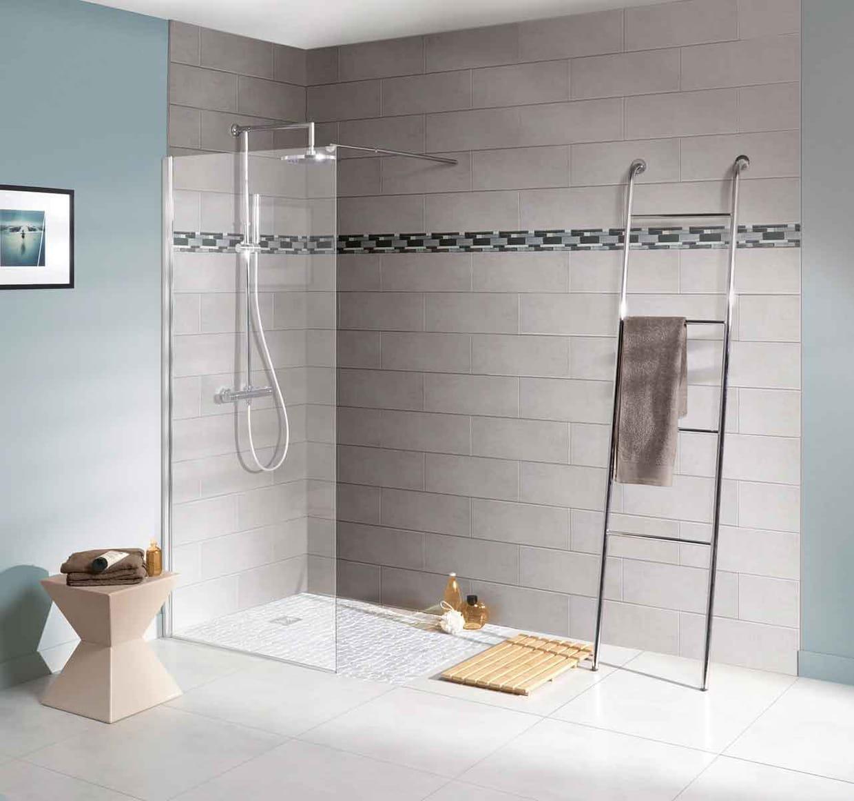 une douche à l'italienne simple délimitée par une paroi transparente