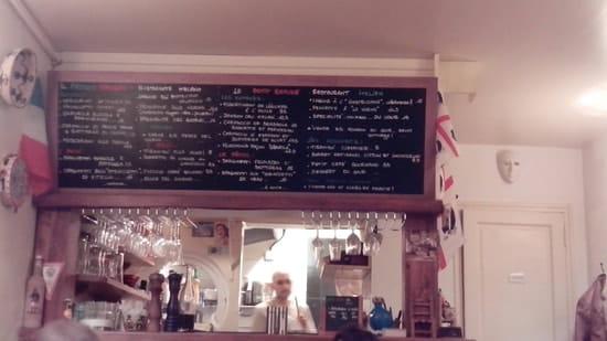 Restaurant : Il piccolo rifugio  - Le comptoir et la carte (aux couleurs sardes) -